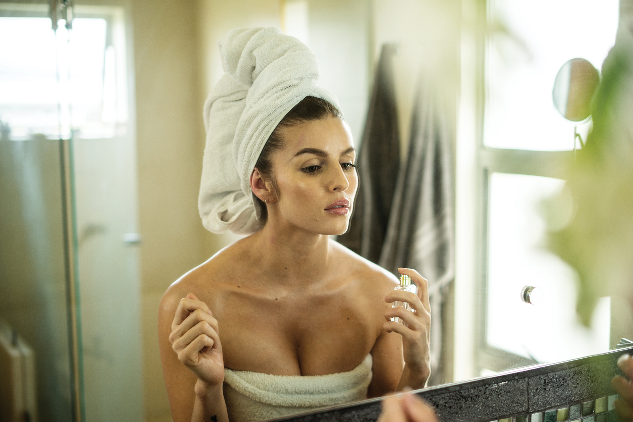 披著浴巾的女人