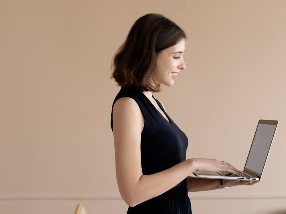 很忙的女生再用電腦